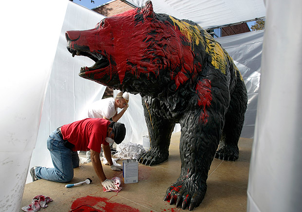 ucla-campus-usc-paint-bear